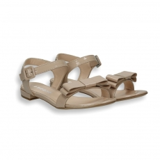 Powder patent calf bow sandal heel 10 mm.